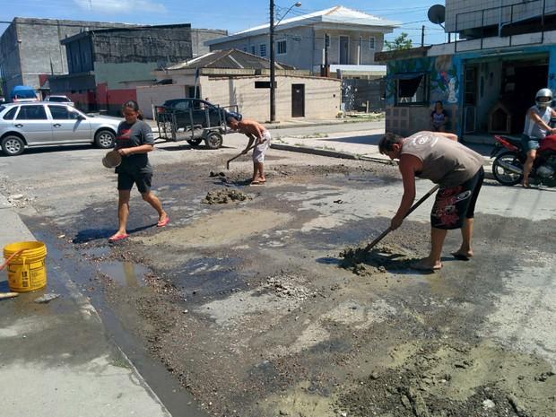 Moradore organizaram mutirão para tentar resolver o problema (Foto: Marcos Luz/VC no G1)