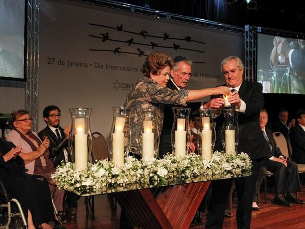 Presidente Dilma Rousseff acende vela em memória das vítimas do holocausto ao lado de familiares de vítimas (Foto: Roberto Stuckert Filho / Presidência)
