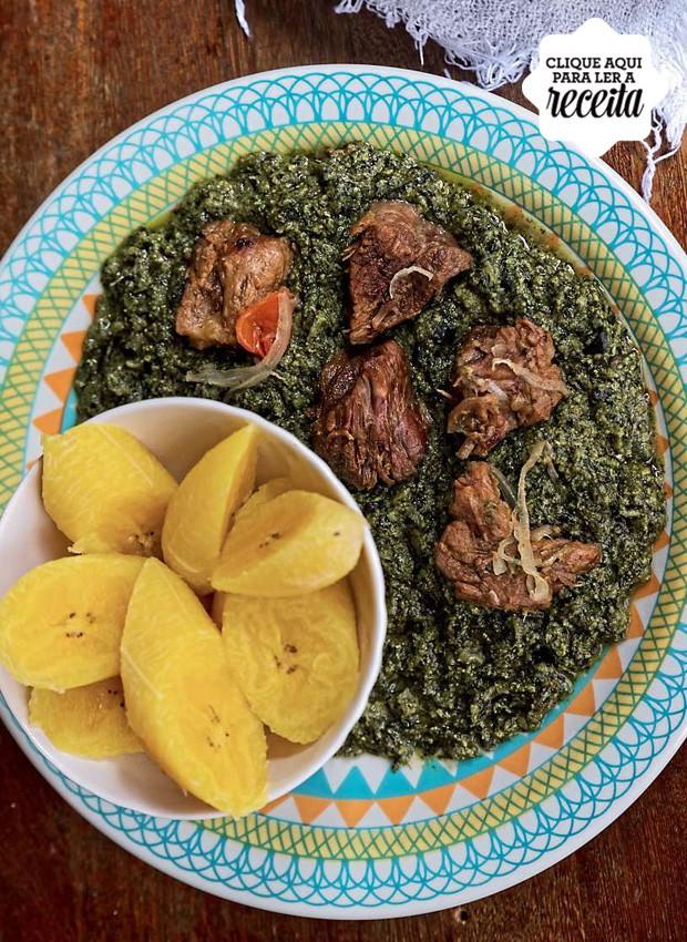 O ndolé usa uma variedade de boldo que Melanito planta em casa e é refogado com amendoim cozido, carne de boi e camarões (Foto: Alexandre Disaro / Editora Globo)