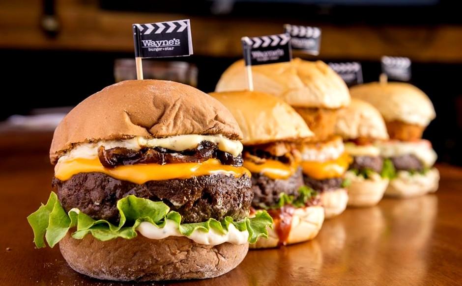 Sanduíche do Wayne's Burger: inspiração cinematográfica (Foto: Divulgação)