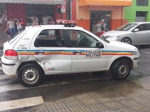 Viatura da Polícia Militar em acidente no Centro de Divinópolis (Foto: Cleber Corrêa/TV Integração)
