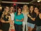 Fernanda Gentil e a namorada curtem noite sertaneja no Rio