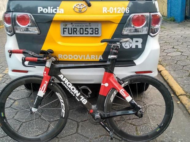 Bicicleta de triatleta foi encontrada na Vila Esperança (Foto: Divulgação/Polícia Militar Rodoviária)
