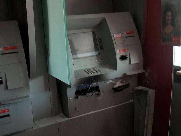 Caixa eletrônico é arrombado em Salvador (Foto: Imagens/TV Bahia)