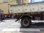 Ciclista morre atropelado por caminhão no centro de Jacareí, SP