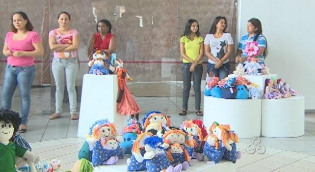 Detentas expõem as bonecas na Casa de Cultura em Porto Velho (Foto: Amazônia TV)