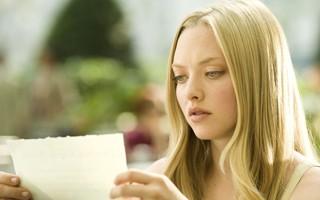 No filme, jornalista decide responder carta (Foto: Divulgação / Reprodução)