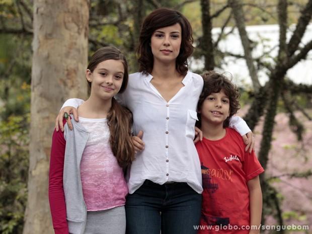 A atriz posa com os filhos de Simone, vividos por Marcella Ramalho e Carlos Alexandre Saddy (Foto: Sangue Bom/TV Globo)