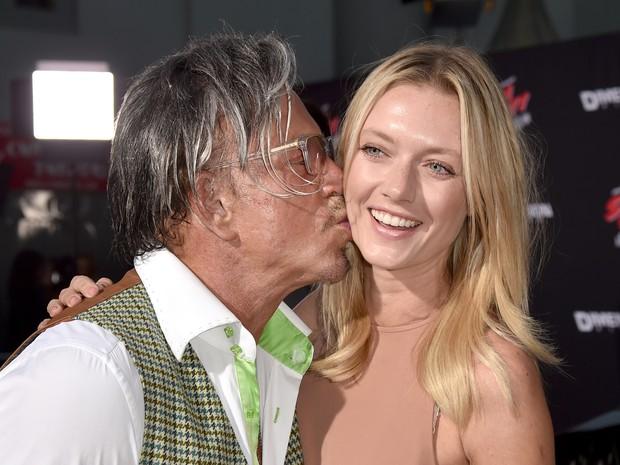 Mickey Rourke e a modelo Anastassija Makarenko em première de filme em Los Angeles, nos Estados Unidos (Foto: Kevin Winter/ Getty Images/ AFP)