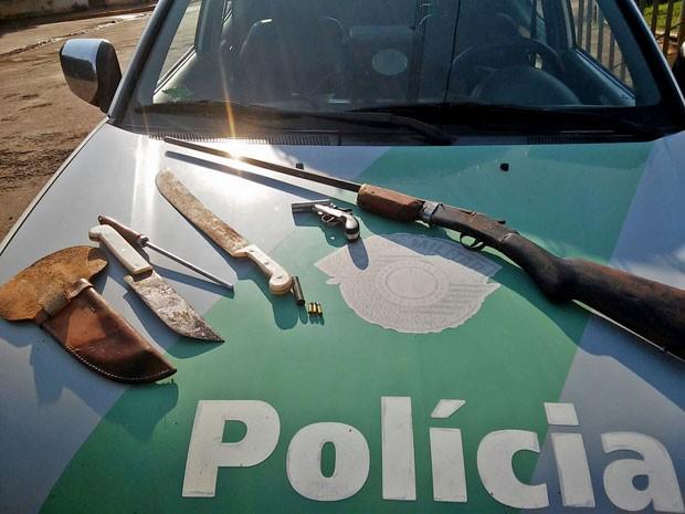 Rapaz de 21 anos vai responder pelo crime de porte ilegal de armas (Foto: Polícia Ambiental/Cedida)