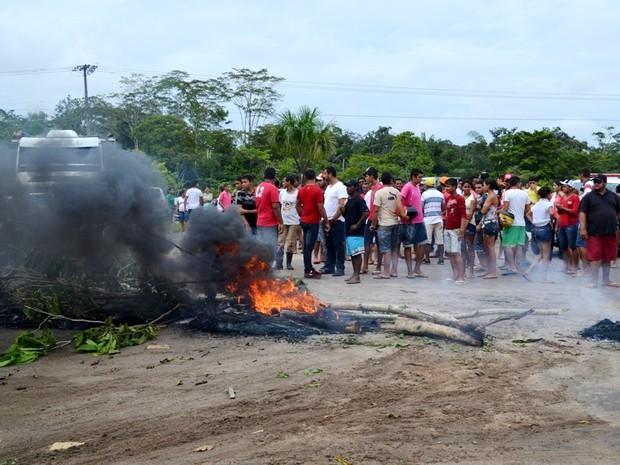 Menifestantes queimara pneus para bloquear passagem (Foto: Vanísia Nery/G1)