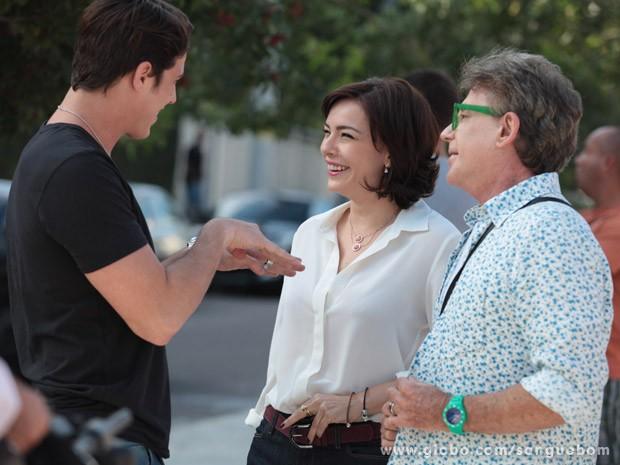 Romulo Neto, Regiane Alves e Edwin Luisi se divertem nos bastidores (Foto: Sangue Bom / TV Globo)