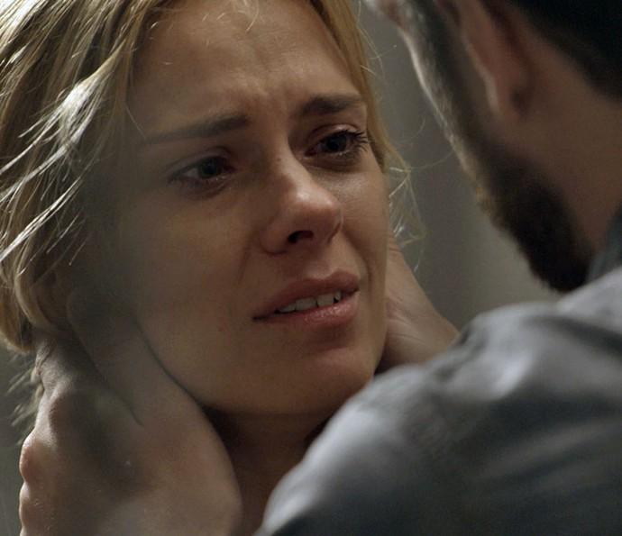 Lara é perdoada pelo amado (Foto: TV Globo)