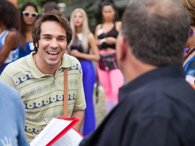 Conrado Caputo se diverte nos bastidores da cena  (Foto: Fabiano Battaglin / Gshow)
