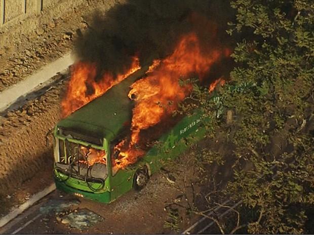 Ônibus é incendiado na BR-040, em Ribeirão das Neves, durante manifestação (Foto: Reprodução/TV Globo)