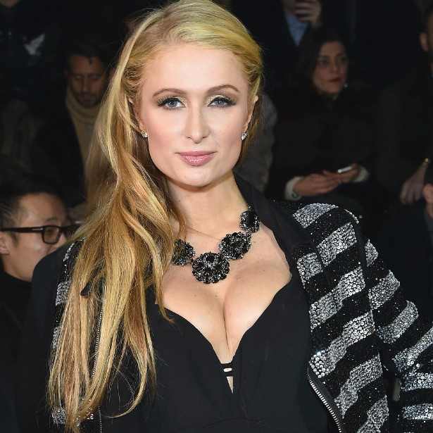 """A socialite Paris Hilton também tem seios """"originais de fábrica"""". Ela diz que até já recorreu a sutiãs específicos para fazerem os peitos parecerem maiores, mas hoje gosta do próprio corpo do jeito que é. (Foto: Getty Images)"""