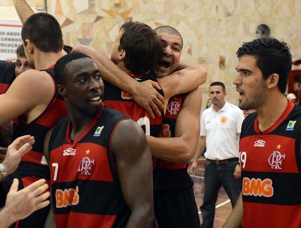 Kojo comemora mais uma vitória do Flamengo com seus companheiros (Foto: João Pires/LNB)