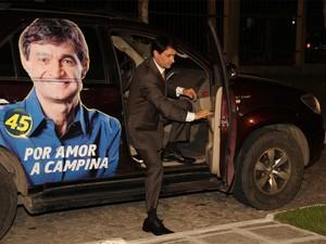 Romero Rodrigues chega na TV Paraíba para debate (Foto: Leonardo Silva/Jornal da Paraíba)