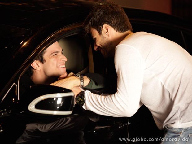 Félix é só felicidade ao encontrar Anjinho (Foto: Amor à Vida / TV Globo)