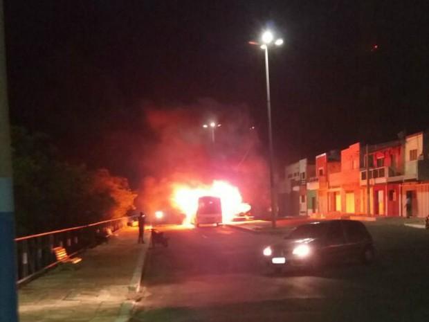 Micro-ônibus é incendiado em Macau, RN (Foto: Divulgação/PM)