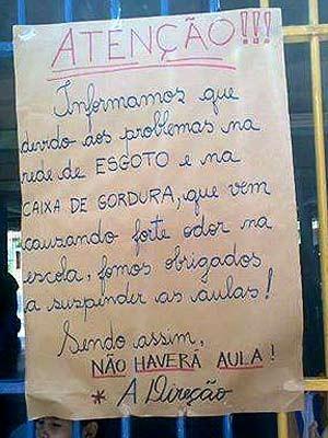 Cartaz afixado em parede de escola em Santa Maria (Foto: Reprodução)
