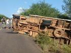 Motorista freia para evitar colisão e caminhão com frutas tomba, em PE