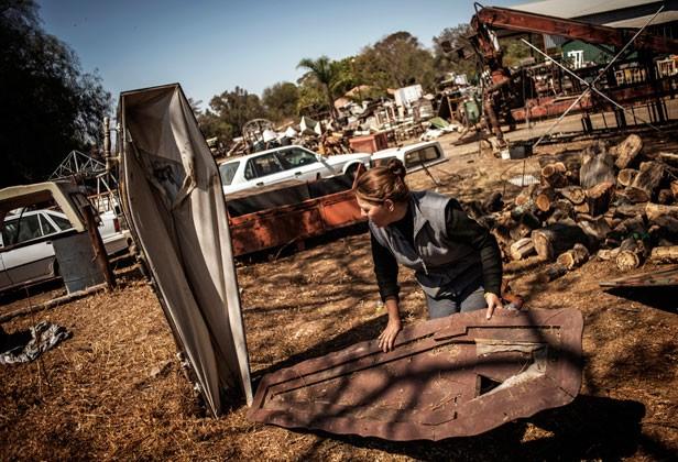 Moradores colocaram caixões para afugentar ladrões em cidade sul-africana (Foto: Gianluigi Guercia/AFP)