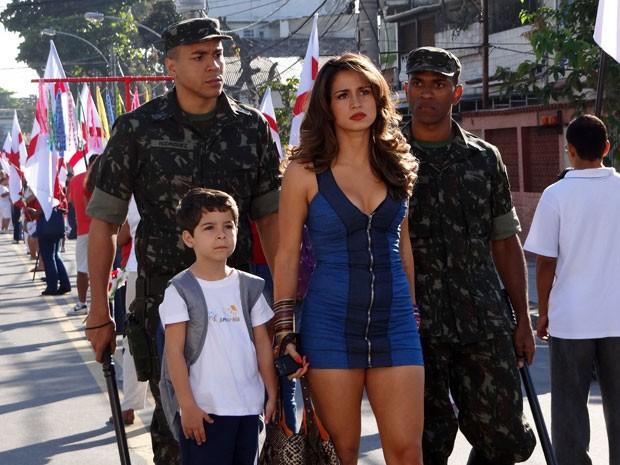Soldados prendem Morena a mando de Théo (Foto: Salve Jorge/TV Globo)