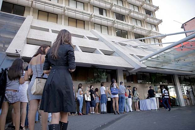mbou! Candidatos de Cuiabá formam fila para a seletiva do BBB1 (Foto: Gshow)