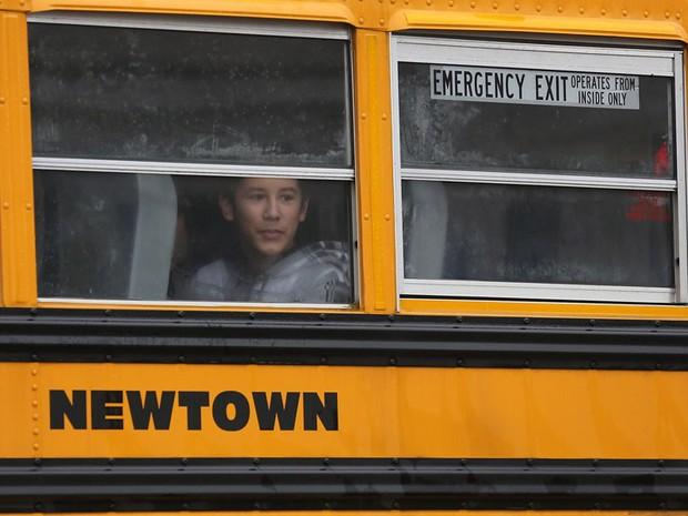 Estudantes de Newtown voltam às aulas após massacre em escola. (Foto: John Moore/Getty Images/AFP)