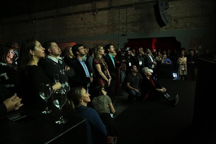 Todos os presentes na festa pararam para assistir ao clipe com cenas inéditas (Foto: Isabella Pinheiro/Gshow)