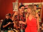 Paulinho Serra banca o repórter em lançamento de seriado; assista!