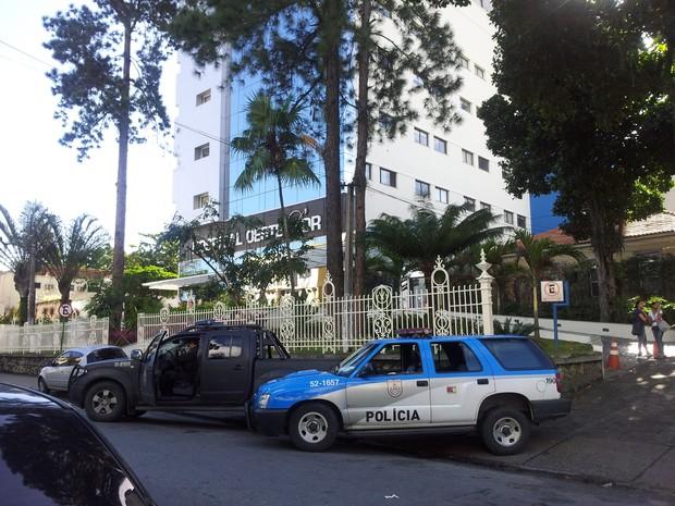 Carros da polícia em frente ao hospital onde está Toni Ângelo (Foto: Alba Valéria Mendonça/G1)