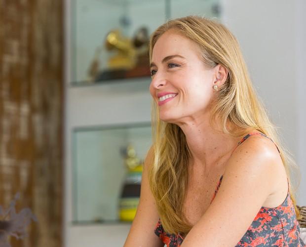 Angélica esbanja felicidade em entrevista (Foto: Artur Meninea/Gshow)