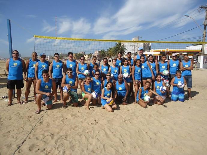 Fábio Luiz (ao centro) e as crianças da Escolinha Olímpica de vôlei de praia (Foto: Divulgação/Arquivo Pessoal)