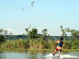 No wakeboard prancha é puxada por cabo motorizado (Foto: Secretaria de Turismo/Divulgação)