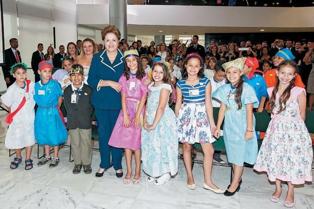 MAIS AULAS A presidente Dilma Rousseff na cerimônia de lançamento do Pacto, em Brasília. Ela defende escolas públicas com período integral  (Foto: Roberto Stuckert Filho/PR)