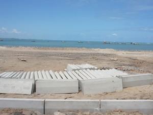 Prefeitura de Baía da Traição está reformando a praça do Centro da cidade que foi destruída pelo mar (Foto: Inaê Teles/G1)