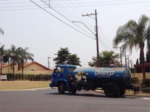 Caminhão-pipa leva água para moradores de condomínios na Zona Sul de Ribeirão Preto (Foto: Cleber Akamine/G1)