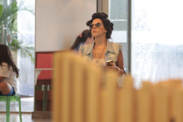 Giovanna Lancellotti passeando de bobs na cabeça (Foto: Derick Abreu / Photo Rio News)