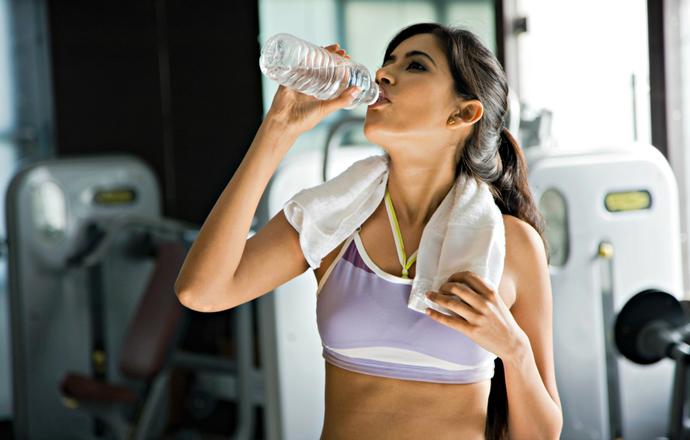 mulher bebendo água hidratação euatleta (Foto: Getty Images)