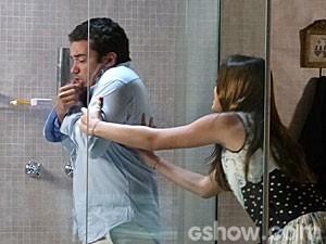 Ela joga o tio no banho! (Foto: Em Família/TV Globo)
