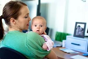 Mãe cuida de bebê enquanto trabalha (Foto: Photopin)
