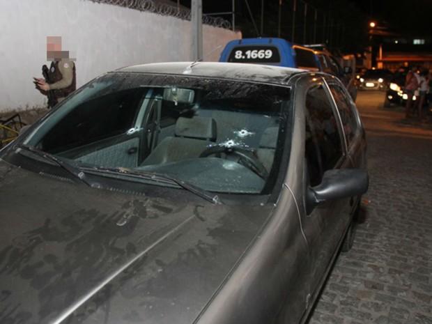 Carro da vítima estava estacionado em frente a casa da ex-mulher (Foto: Raimundo Mascarenhas / Calila Noticias)