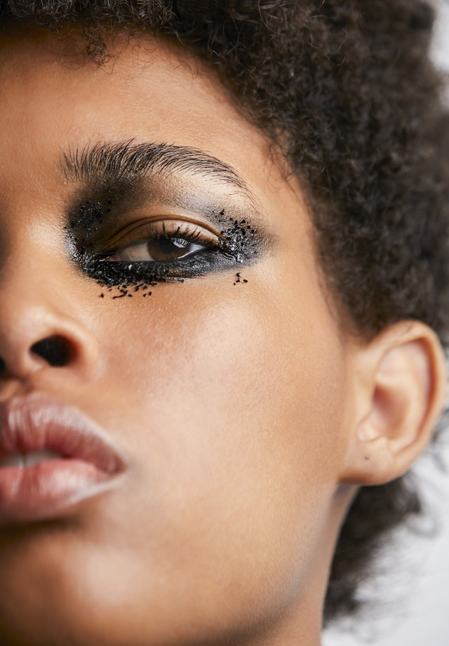 Sombra e glitter pretos (Foto: Vivi Bacco, para Jake Falchi)