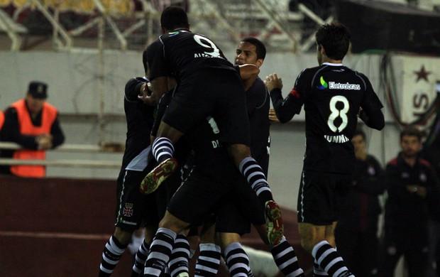 Comemoração do gol de Nilton contra o Lanús (Foto: EFE)