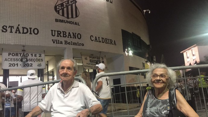 Dona Lourdes e Seo Esmeraldo na Vila Belmiro - Santos (Foto: Gabriel dos Santos)