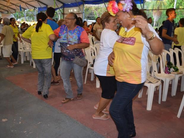 """Católicos dançam a música """"A dança da amizade"""" (Foto: Aritana Aguiar/G1)"""