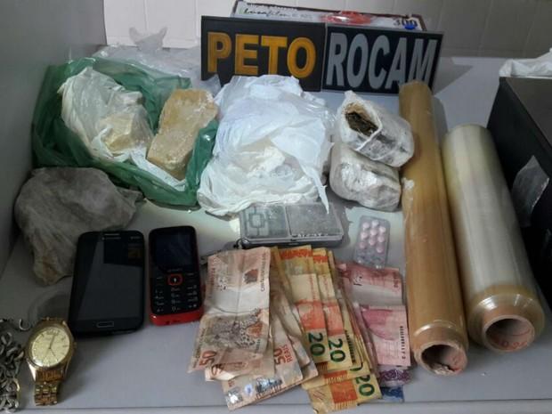 Dupla foi presa com drogas em cidade da Bahia (Foto: Divulgação: Polícia Militar)