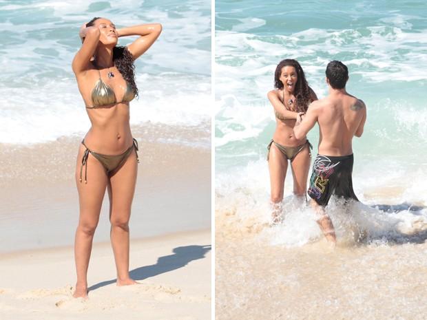 A atriz curte o sol e recebe o apoio de um rapaz da equipe da novela (Foto: Cheias de Charme/TV Globo)